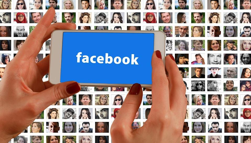 Půlka českých občanů používá Facebook